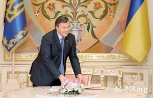 Янукович подписал закон об установлении плавающего акциза на топливо
