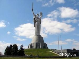 Рекорд Украины: более 300 молодых киевлян синхронно отжимались возле памятника Родина-мать