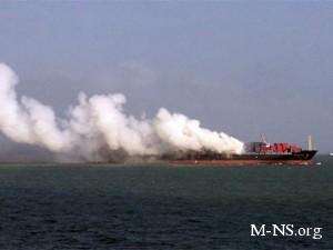 У берегов Индии третьи сутки горит судно с украинцами на борту