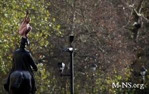 Голый украинец 3 часа просидел на статуе в центре Лондона