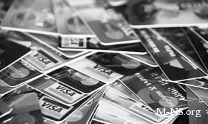 Украинцы массово переходят на банковские карточки